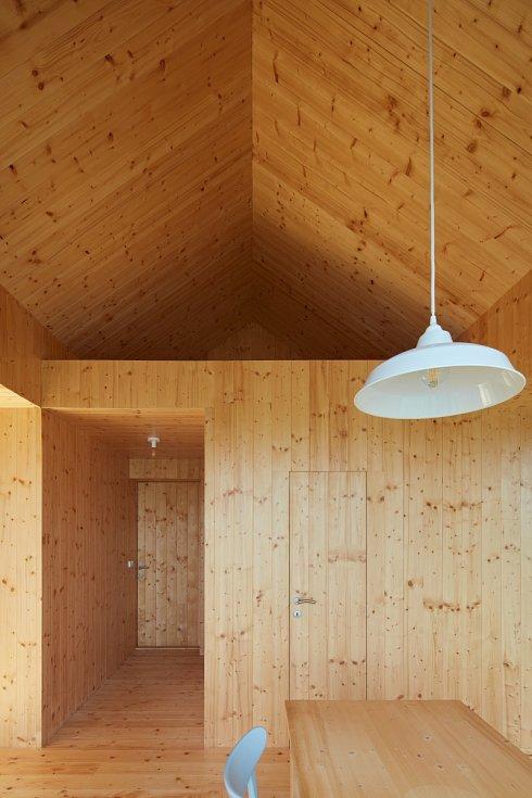 Velikost chaty limitovala legislativa, k dispozici byla maximální zastavěná plocha 50 m2 a maximální výška 5 metrů, což vyžadovalo pro rekreaci rodiny specifické dispoziční uspořádání.