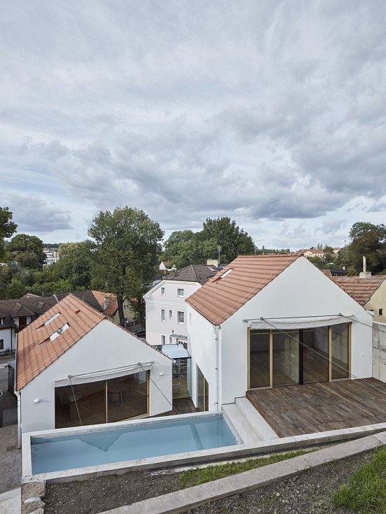K opravenému patrovému stavení přidali architekti dva nové domy.