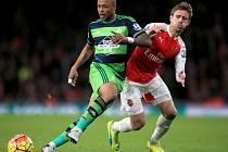 Arsenal - Swansea: Nacho Monreal (vpravo) a Andre Ayew
