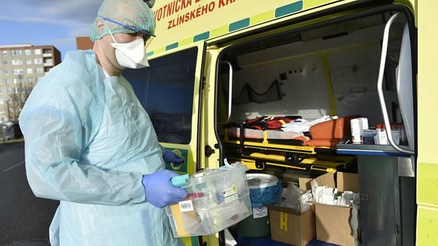 Pracovník zdravotnické záchranné služby v ochranném obleku, který jezdí k odběrům vzorků pro potvrzení nákazy novým typem koronaviru.