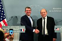 Ministři obrany Ashton Carter a Jean-Yves Le Drian.