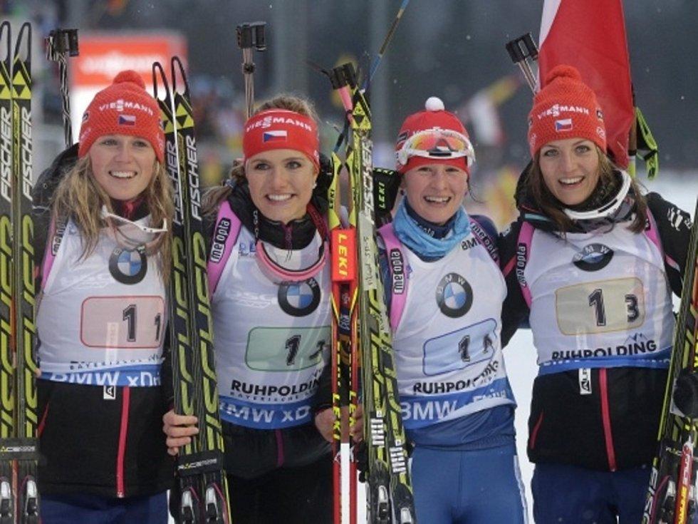 Zlatá štafeta. České biatlonistky (zleva) Eva Puskarčíková, Gabriela Soukalová, Veronika Vítková a Jitka Landová se radují z triumfu v závodě SP v Ruhpoldingu.