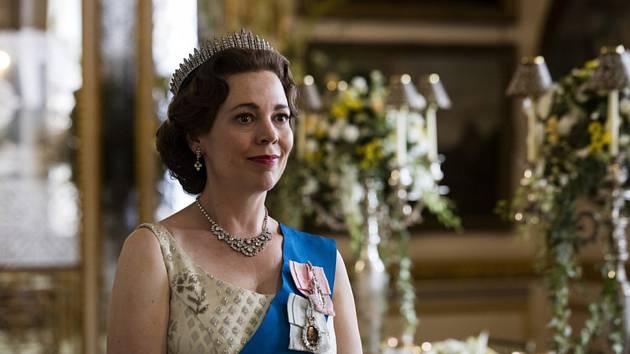 Herečka Olivia Colmanová v roli královny Alžběty II. v seriálu Koruna (The Crown)