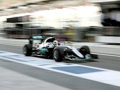 Lewis Hamilton v tréninku na Velkou cenu Abú Zabí.