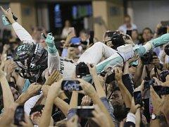 Nico Rosberg slaví svůj premiérový titul mistra světa.