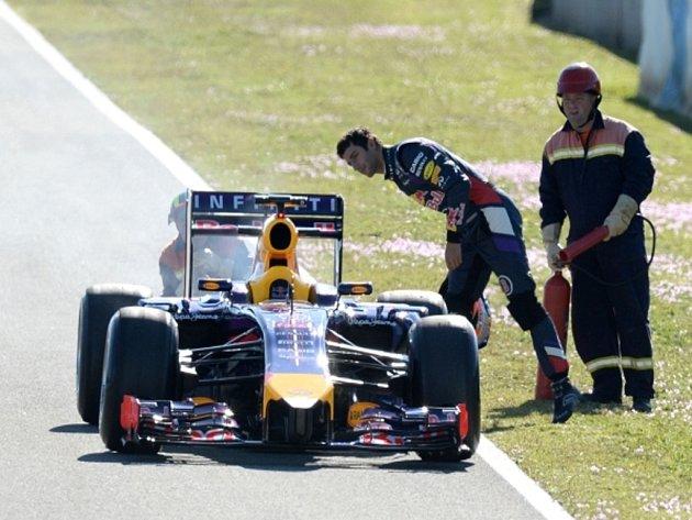 Daniel Ricciardo zkoumá příčinu potíží u svého Red Bullu.