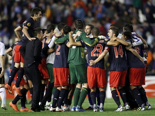 Fotbalisté Atlétika Madrid se radují z postupu do finále Evropské ligy.
