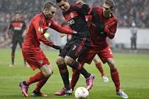 Michal Kadlec z Leverkusenu (vpravo) proti Benfice.
