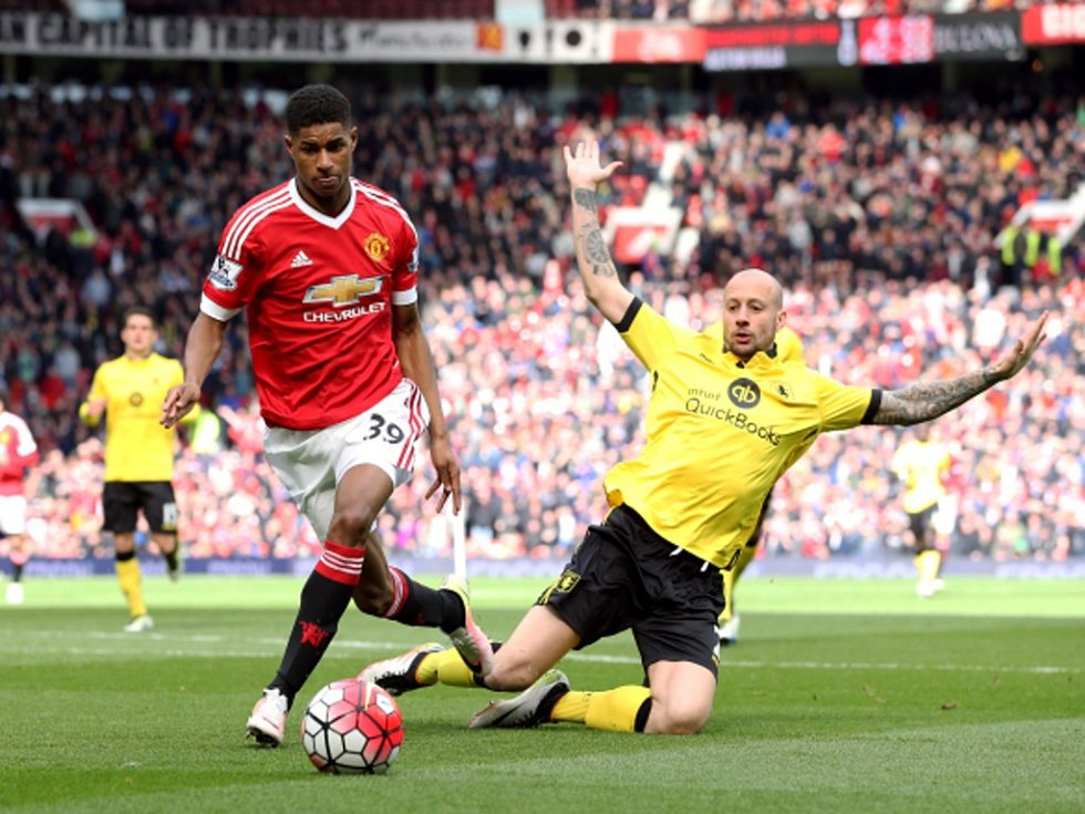 Marcus Rashford z Manchesteru United (vlevo) a Alan Hutton z Aston Villy.