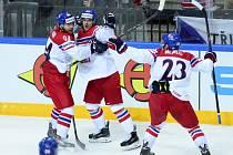 Benjamínek týmu Dominik Simon (vlevo), Martin Zaťovič (uprostřed) a Ondřej Němec se radují z gólu.