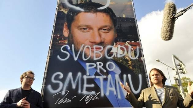 Dokumentaristé Vít Klusák (vlevo) a Filip Remunda (vpravo) přimalovali 11. října v Praze na volebním billboardu ODS tykadla senátnímu kandidátovi strany Tomáši Töpferovi.