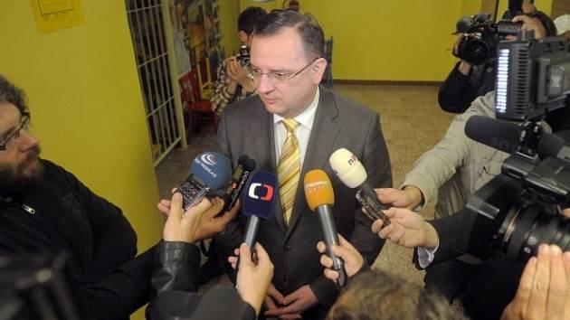 První den voleb do krajských zastupitelstev a prvního kola voleb do Senátu ve Zlínském kraji. Premiér Petr Nečas hovoří s novináři, poté co odevzdal svůj hlas ve volbách do krajského zastupitelstva 12. října v Rožnově pod Radhoštěm na Vsetínsku.