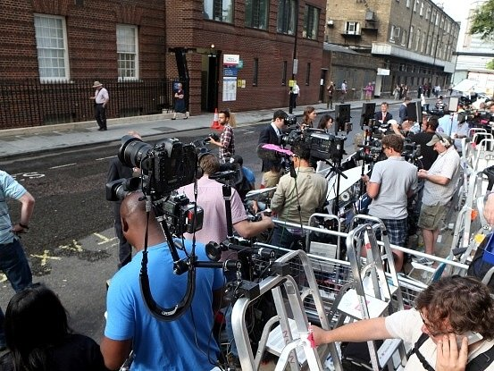 Novinářské štáby před londýnskou porodnicí
