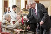 Prezident Zeman si připíjí s veteránem Alexanderem Beerem.