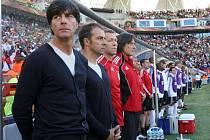 Trenér německých fotbalistů Joachim Löw (vlevo) před zápasem se Srbskem.