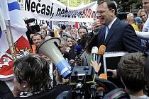 Premiér Petr Nečas hovoří k několika stovkám starostů, kteří uspořádali 21. září v Praze manifestační pochod za přijetí novely zákona o rozpočtovém určení daní.