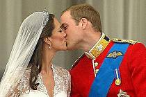 Britský princ William si vzal ve Westminsterském opatství v Londýně Kate Middletonovou. Před 1900 hosty je oddal arcibiskup z Canterbury.