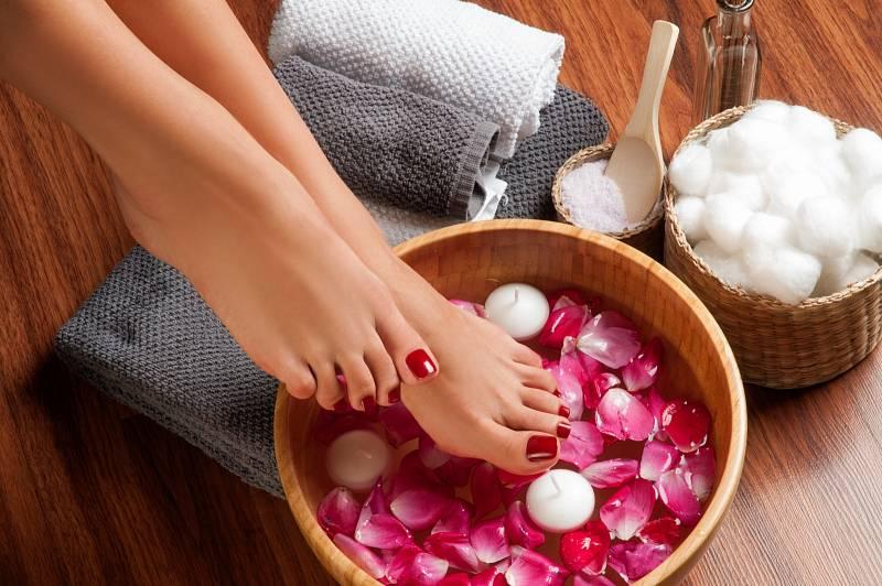 Jestli chcete nepříliš dobrý stav svých nohou napravit, naložte si je do lavoru s vlažnou vodou, solí a kapkou esenciálního oleje