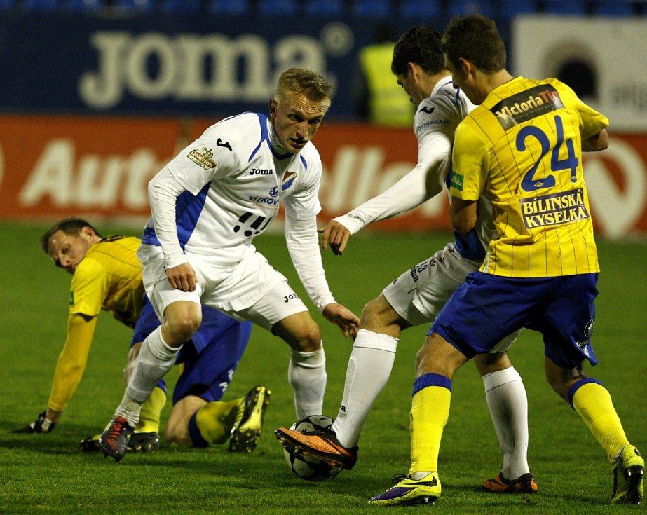 Fotbalisté Ostravy Jan Hable (druhý zleva) a Vojtěch Engelmann (druhý zprava) se snaží vymanit ze sevření fotbalistů Teplic.