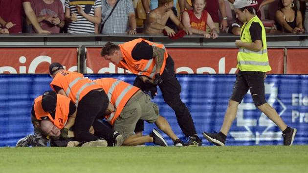 Pořadatelé zadrželi fanouška Sparty, který vběhl na hrací plochu.