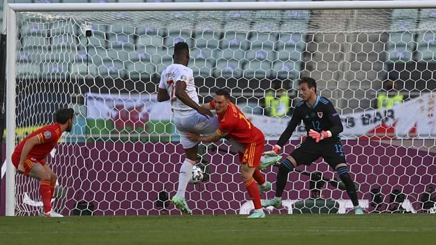 Švýcarský fotbalista Breel Embolo (uprostřed) dává gól Walesu.