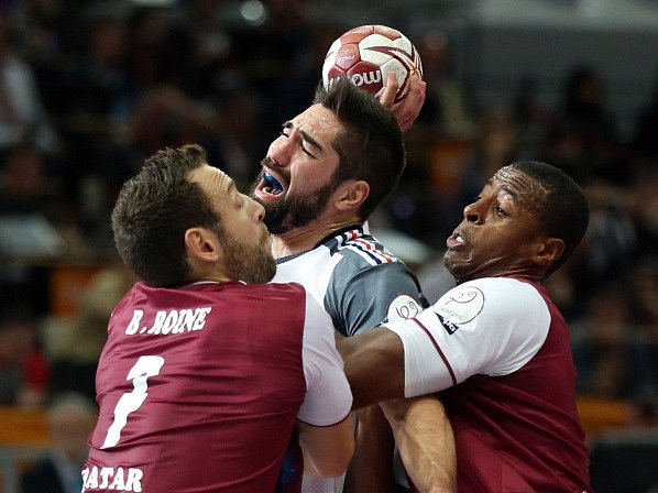 Francie porazila Katar i zásluhou Nikoly Karabatice (uprostřed)