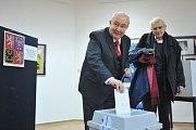 Petr Hannig ve volební místnosti