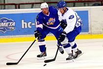 Hokejisté Brna (v bílém) v přípravném zápase proti Vladivostoku.