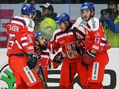 Čeští hokejisté (v červeném) proti Švédsku.