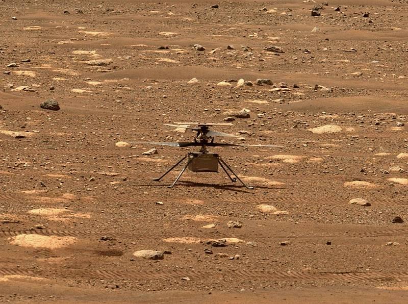 Helikoptéra Ingenuity. První přístroj svého druhu, který si zalétal nad povrchem Marsu.