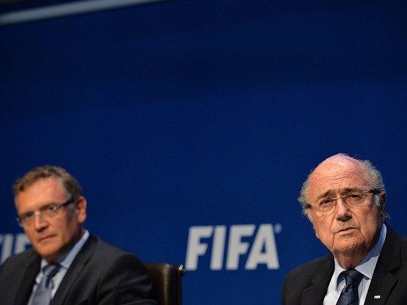 Jerome Valcke (vlevo) a Joseph Blatter