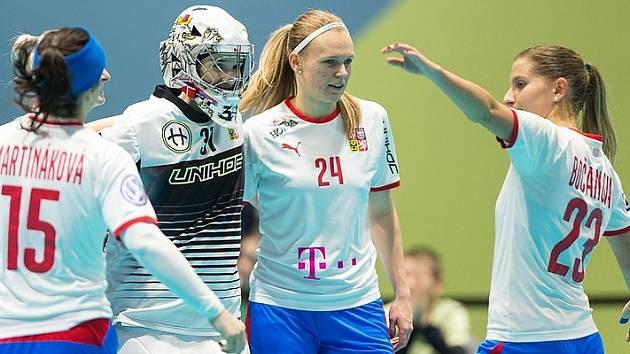 Denisa Ratajová (druhá zprava) se raduje po zápase proti Lotyšsku.