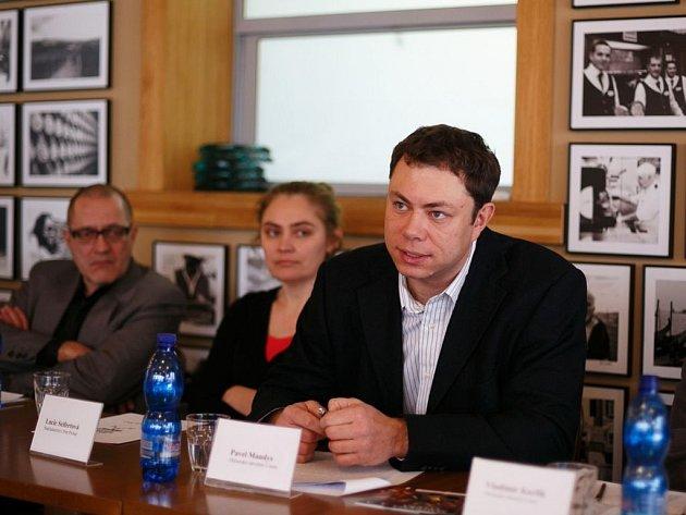 Tisková konference Magnesie Litery. V popředí Pavel Mandys, vpravo Lucie Seifertová