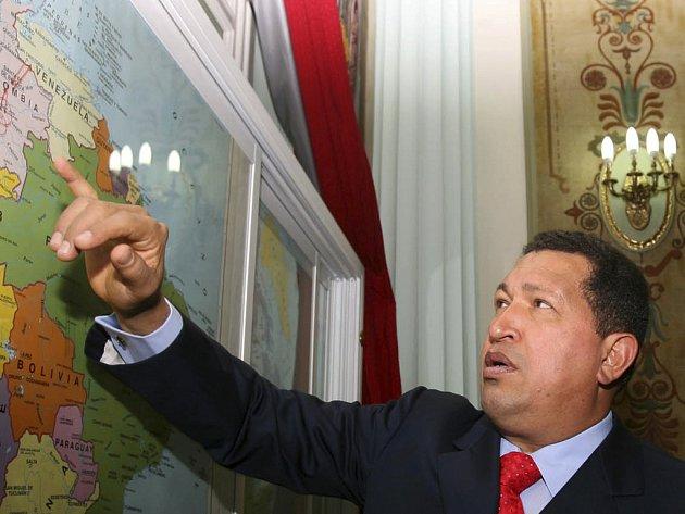 Venezuelský prezident Hugo Chávez ukazuje na mapě místo, kde povstalci předali rukojmí
