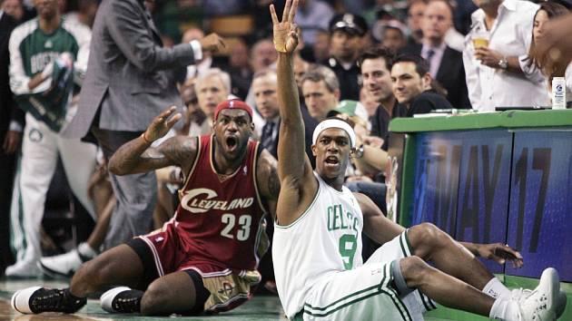 V tomto zápase typický obrázek: LeBron James na zemi. Tady se vzteká po faulu bostonského Rajona Ronda.