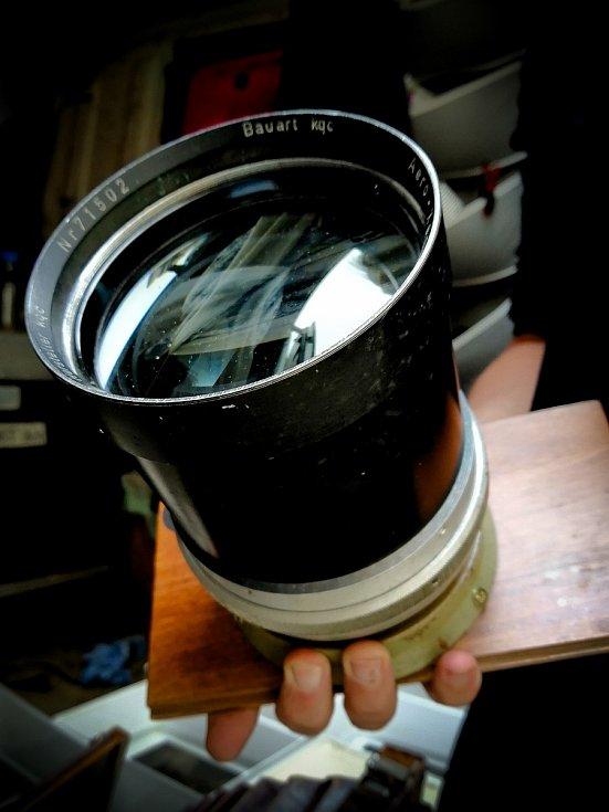 Fotograf na plech Honza Sakař v zámeckém skleníku v Lednici na Břeclavsku. K vytváření snímků používá mokrý kolodiový proces, tak jako pionýři fotografie před 170 lety. Kovovou destičku připravuje a snímek pak i vyvolává v dodávce