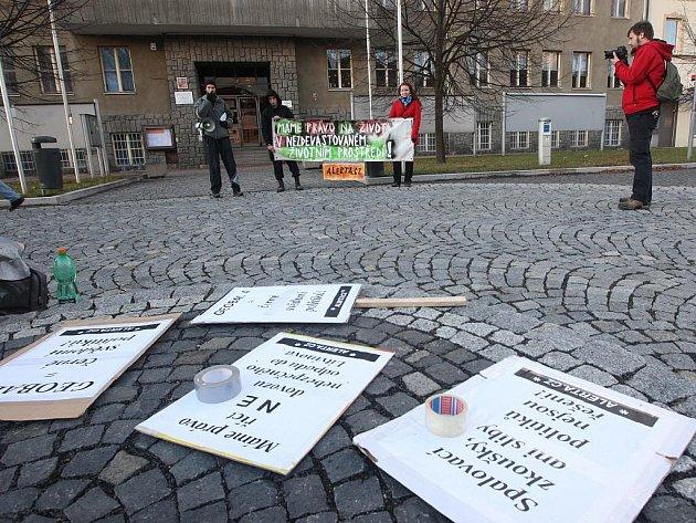 Téměř nulová účast lidí na demonstraci v Litvínově na Mostecku zaskočila v sobotu 10. prosince 2011 zástupce asociace Alerta. Ti se zaměřili na protest proti materiálu Global4 pocházející z kalů z ostravských lagun, který má být skladován u Litvínova.