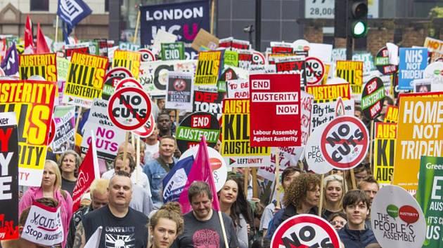 Sobotní demonstrace proti úsporným plánům konzervativní vlády premiéra Davida Camerona se zúčastnily desetitisíce lidí po celé Británii.