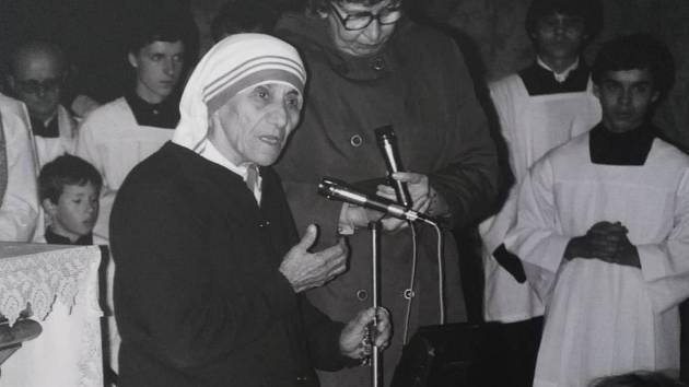 Matka Tereza hovoří v chrámu Nanebevzetí Panny Marie v Brně 10. listopadu 1984