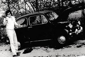 Miroslav Jeník u svého Fiatu 600, se kterým byl u tragické havárie ruské cisterny 21. srpna 1968 v Desné v Jizerských horách.