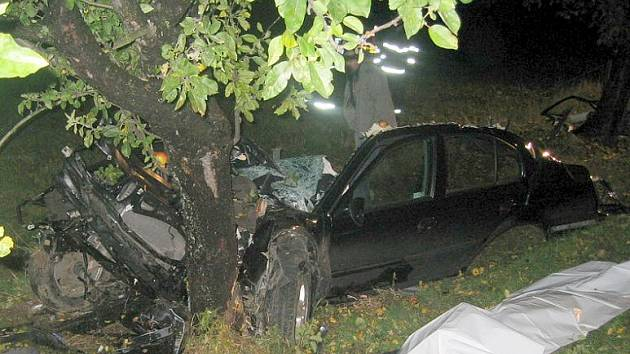 Trosky vozu, v němž u Supíkovic na Jesenicku zahynuli čtyři mladí lidé.