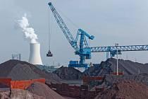 Zásoby uhlí v německém Duisburgu, v pozadí uhelná elektrárna