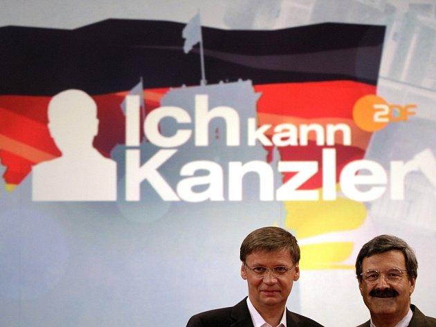 """Německo hledá """"kancléře"""" – v reality show. Televize ZDF tak chce vzbudit u mladých zájem o politiku. Na snímku (vlevo) je moderátor soutěže """"Chcete být milionářem?"""" Günter Jauch."""