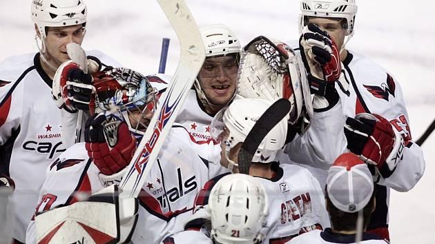 Střelec rozhodujícího gólu Washingtonu Mike Green se raduje spolu se svými spoluhráči z vítězství nad Montrealem.