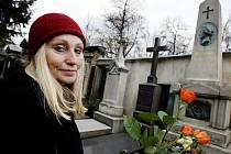 Společnost Boženy Němcové si se svou čestnou předsedkyní režisérkou Olgou Sommerovou připomněla 30. ledna na vyšehradském hřbitově v Praze 145. výročí úmrtí spisovatelky Boženy Němcové.