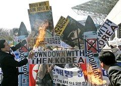 Jihokorejci protestují proti KLDR, ilustrační foto