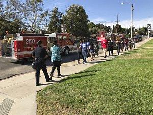 Muž v Los Angeles držel v supermarketu 40 rukojmích