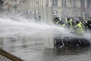 Při protestech proti zvyšování cen paliv v Paříži použila policie slzný plyn a vodní dělo.