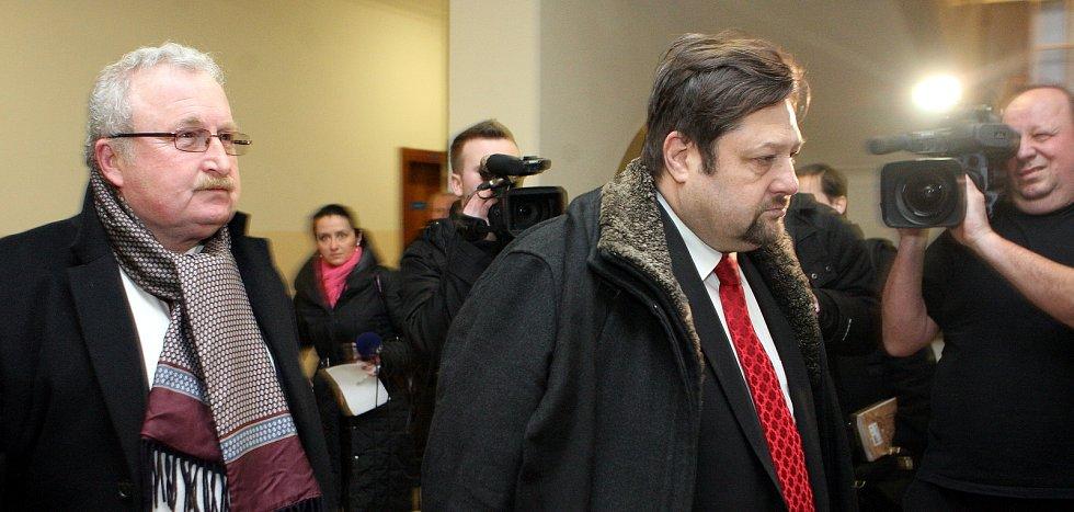 Petr Wolf (vpravo) se svým advokátem