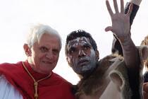 S australským Aboriginem v domorodém kroji si papež porozprávěl na zpáteční cestě lodí z přístavu v Sydney.